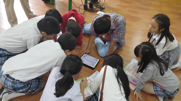 小学四年级正在用ipad搜索查询中文资料